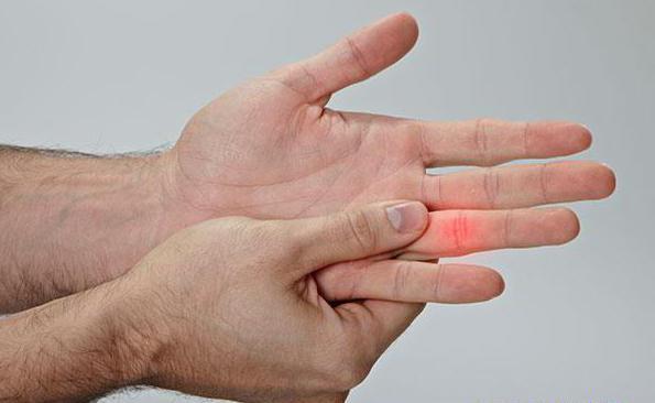 Как лечить, если выбил палец на руке или ноге, что делать